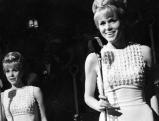 Auftritt der Kessler-Zwilline Alice und Ellen Kessler auf dem Pal Pare in München, 1964