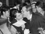 Klaus Kinski mit Fans in Hamburg, 1962