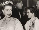 Koenigin Elizabeth II mit Prinzessin Margaret  bei einem Empfang, 1954