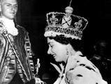 Koenigin Elizabeth II traegt den Reichsapfel und das Zepter, 1953
