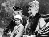Prinzessin Elisabeth mit Grosseltern George V. und Mary, 1930
