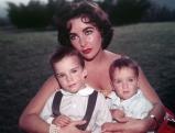 Elizabeth Taylor mit ihren Kindern Michael und Christopher, 1956