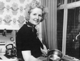 Margaret Thatcher in ihrer Kueche, 1975