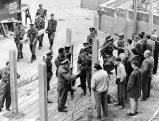 Bewohner dikutieren mit Polizisten, 1961