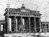 Mit Stacheldraht abgesperrtes Brandenburger Tor, 1961