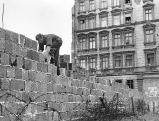 Arbeiter beim Bau der Berliner Mauer