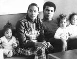 Muhammad Ali mit seiner zweiten Ehefrau Belinda und Toechtern, 1976