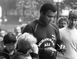 Muhammad Ali gibt seinen jungen Fans Autogramme, 1984