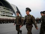 Soldaten vor dem Stadion