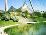 Olympiapark, vorne der Kleine Olympiasee mit Zeltdach