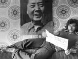 Paul Breitner unter einem Mao-Portrait, 1973