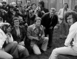 Paul Breitner mit Pressefotografen, 1974