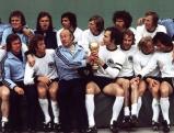 Gruppenbild der deutschen Nationalmannschaft mit dem Weltmeister-Pokal von 1974