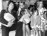 Paul und Linda McCartney mit ihren Kindern James, Mary and Stella 1974