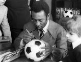 Pele gibt einem Jungen ein Autogramm, 1977