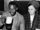 Pele mit seiner Frau Rosemeri dos Reis Cholby im Brauhaus in Aying, 1966