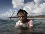 Ein Korallenschneider zersaegt einen Korallenblock am Riff von Serangan, Bali 2009