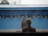 Zwei nordkoreanische Soldaten stehen in Panmunjeom Wache, 2012