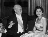 Bundespraesident Theodor Heuss mit der Kaiserin Soraya auf dem Petersberg, 1955