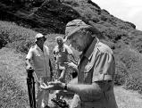 Thor Heyerdahl bei Ausgrabungen auf der Osterinsel, 1986