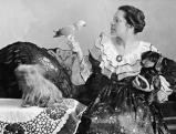 Tilla Durieux posiert in ihrer Wohnung mit ihren Haustieren, 1916