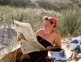 Eine Frau in den Duenen an der Ostsee