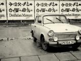 Ein Trabant vor einer Plakatwand