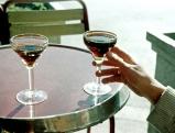 Zwei Martiniglaeser auf einem Cafetisch in Madrid