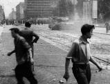 Demonstranten kaempfen gegen Sowjetpanzer