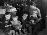 Eine Mutter mit ihren Kindern vorm Weihnachtsbaum, 1944