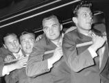 Ankunft der Mannschaft am Bahnhof in Lindau.Spieler der Mannschaft  lehnen sich aus dem Zugfenster. Von links: Max Morlock, Ersatzspieler, Jupp Posipal, Hans Schäfer. 1954 gewann Deutschland in der Schweiz zum ersten Mal die Fussball-Weltmeisterschaft., 01.01.1954-31.12.1954