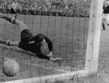 Das 3:2-Siegtor durch Helmut Rahn (nicht im Bild!) im Weltmeisterschaftsendspiel Deutschland-Ungarn (3:2) im Berner Wankdorfstadion, der Ball ist im Netz, der Ungarische Torwart Grosics streckt sich vergeblich., 04.07.1954