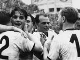 Die deutschen Nationalspieler Ottmar Walter, Werner Kohlmeyer, Werner Liebrich und Horst Eckel umarmen sich vor Freude nach dem gewonnenen Endspiel der Fußball-Weltmeisterschaft 1954 in Bern.n, 04.07.1954