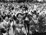 Deutsche Schlachtenbummler in Stadion von Bern bejubeln das 3:2 im Weltmeisterschaftsspiel gegen Ungarn., 04.07.1954