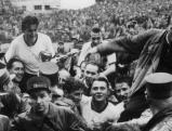 Der Mannschafts-Kapitän Fritz Walter (l) und Trainer Sepp Herberger (r), die auf den Schultern von begeisterten Anhängern vom Spielfeld getragen werden. Fritz Walter hält dabei den Rimet-Pokal in der Hand, den er mit seiner Mannschaft errungen hat. Mit einem 3:2-Sieg über Ungarn im Endspiel der Fußball-Weltmeisterschaft von 1954 gewinnt Deutschland vor 56000 Zuschauern - darunter 5000 Deutsche - im Berner Wankdorf-Stadion den Titel., 04.07.1954