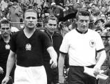 Der Kapitän der deutschen Nationalmannschaft Fritz Walter und der Kapitän der ungarischen Nationalmannschaft Ferenc Puskas führen ihr Team auf das Spielfeld zum Endspiel der Fußball-Weltmeisterschaft 1954 im Wankdorf-Stadion., 04.07.1954