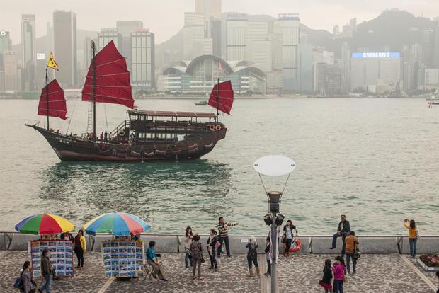 A junk sails at Hong Kong Victoria harbour on 21 Dec 2012