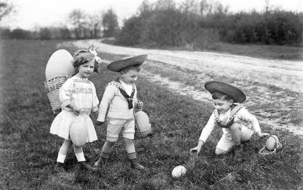 Kinder suchen Ostereier, Ostern, ca. 1915