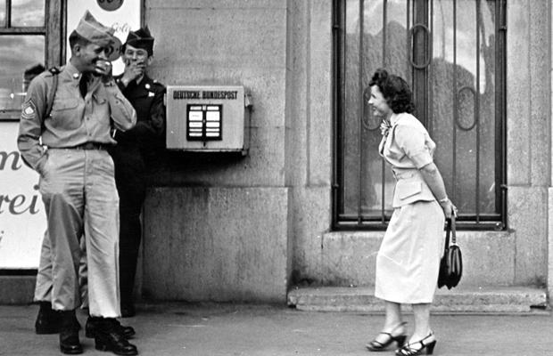 Amerikanische Soldaten und Prostituierte in München, 1954