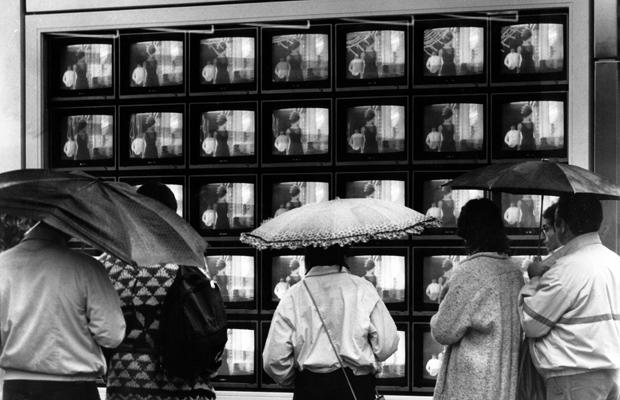Menschen vor einem TV-Geschäft in München, 1984