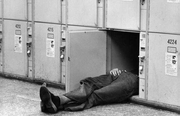 Schlafender Mann in einem Schließfach in München, 1972