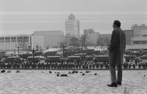 Ein mutmaßlicher Demonstrant beobachtet Polizisten, die eine Kundgebung des SDS (Sozialistischer Deutscher Studentenbund) in Berlin anlässlich des Berlin - Besuchs von US - Präsident Richard Nixon.