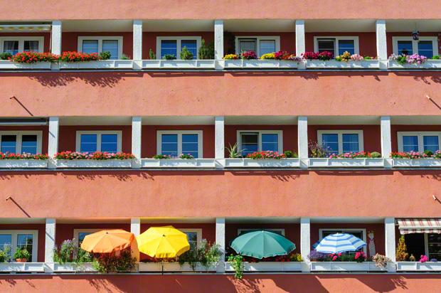 Sonnenschirme auf Balkonen eines Altbaus an der Agnes-Bernauer-Strasse 154 in Laim.