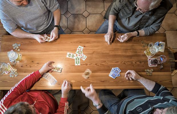 Im Gasthaus Bimesmeier in Kößlarn im Rottal, Niederbayern, haben sich einige Gäste zu einer Partie Schafkopf zusammengefunden.