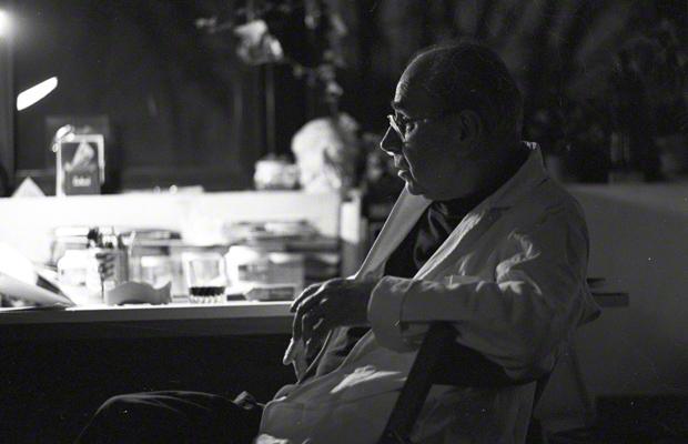 Der tschechische Künstler Jiri Kolar (1914-2002) in seinem Atelier in Paris. Kolar war Mitbegründer des Künstlerkollektivs Skupina 42 (Gruppe 42), Unterzeichner der Charta 77 und einer der profiliertesten Regimekritiker der CSSR. Das Foto machte und veröffentlichte Hans Kaulertz unter seinem damaligen Pseudonym 'Jan Burgau'.
