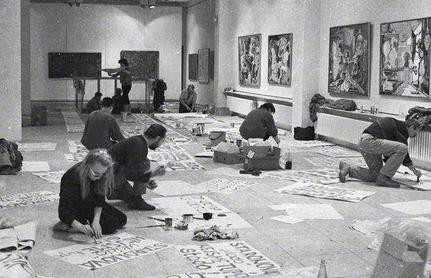 Aktivisten malen in einer Galerie Schilder für einen Protestmarsch gegen das kommunistische Regime in der Tschecheslowakei.