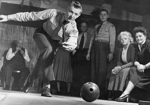 Aktivitäten des Deutsch-Amerikanischen Freundschaftsbundes: Gemeinsamer Bowlingabend von Münchenern und US-Soldaten.
