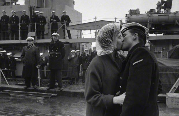 Der deutsche Matrose Gerhard Börger verabschiedet sich von seiner amerikanischen Freundin Martha Webb in Norfolk, Virginia. Die Matrosen der deutschen Marine waren zur Ausbildung in den USA. Urhebervermerk: Max Scheler/SZ Photo.