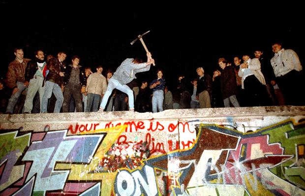 Die ersten Teile der Mauer werden von Buergern in der Naehe des Brandenburger Tors abgerissen, gegen Mitternacht zwischen dem 09. und 10.11.1989.