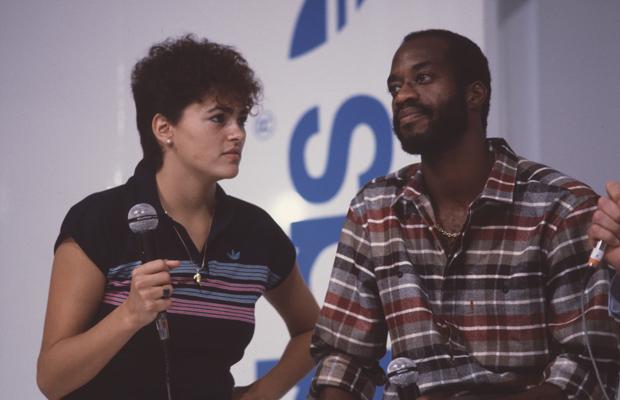 Der US-amerikanische Leichtathlet Edwin Moses (r.) besucht mit seiner Frau Myrella Bordt die Internationale Fachmesse für Sportartikel und Sportmode in München.